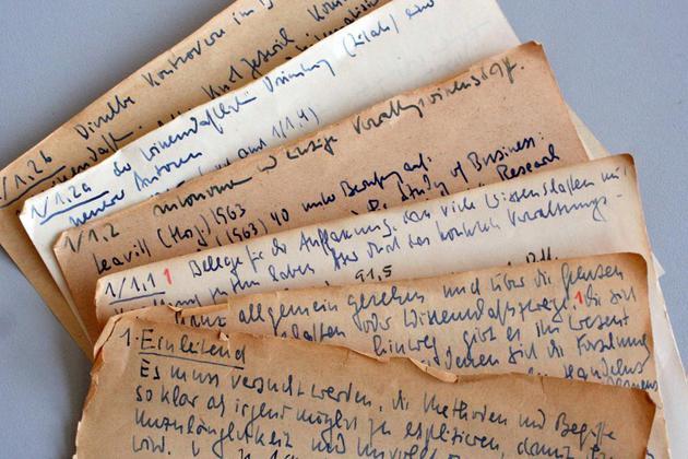 """Un'immagine delle note del sociologo tedesco Niklas Luhmann (1927-1998). Il suo sistema di raccolta di note, collegate tra loro, è spiegato nel libro """"How to take smart notes""""."""